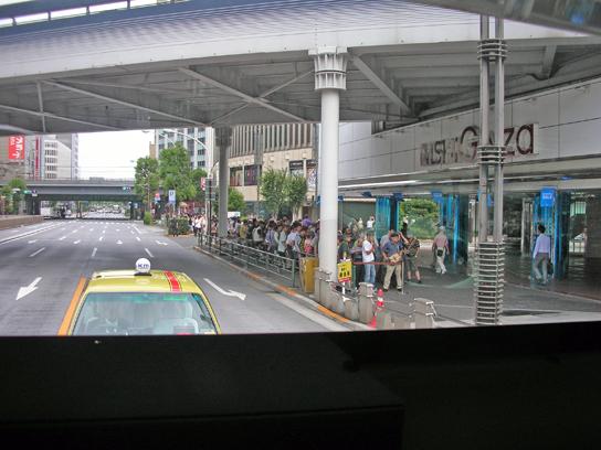 120714宝くじ行列1.jpg