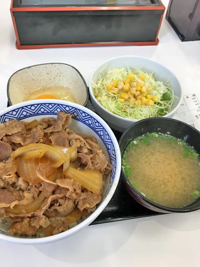 180212吉野家豊洲牛丼セット玉1.jpg