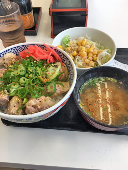 180529吉牛豊洲ねぎ塩鶏丼セット2.jpg