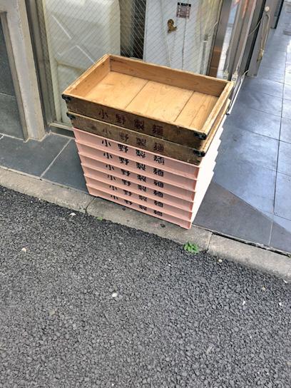 180810たすけ八重洲小野製麺搬入中.jpg