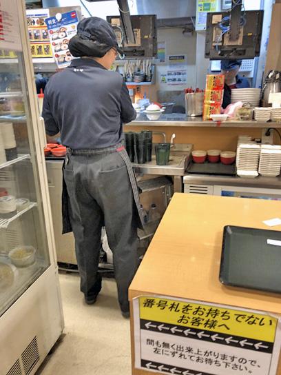 181224なか卯豊洲厨房作成中.jpg