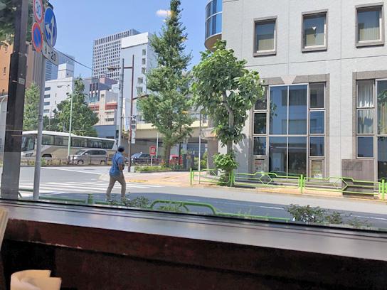 190803やよい軒銀座窓外メインバンク.jpg